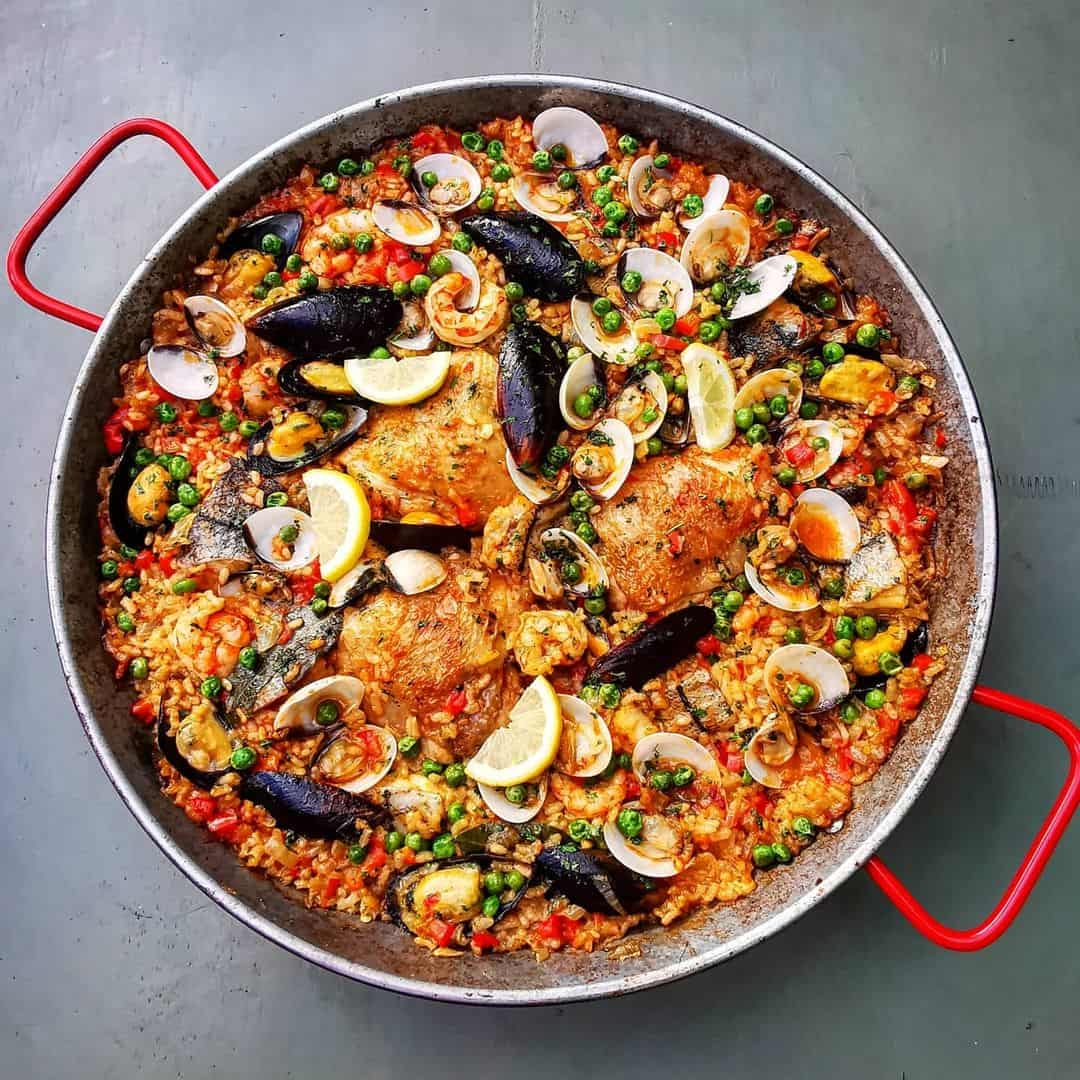 what does a paella pan look like